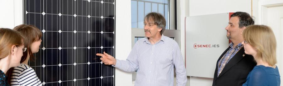 Dipl.-Ing. W. Vilter erklärt das Prinzip der Solarmodule