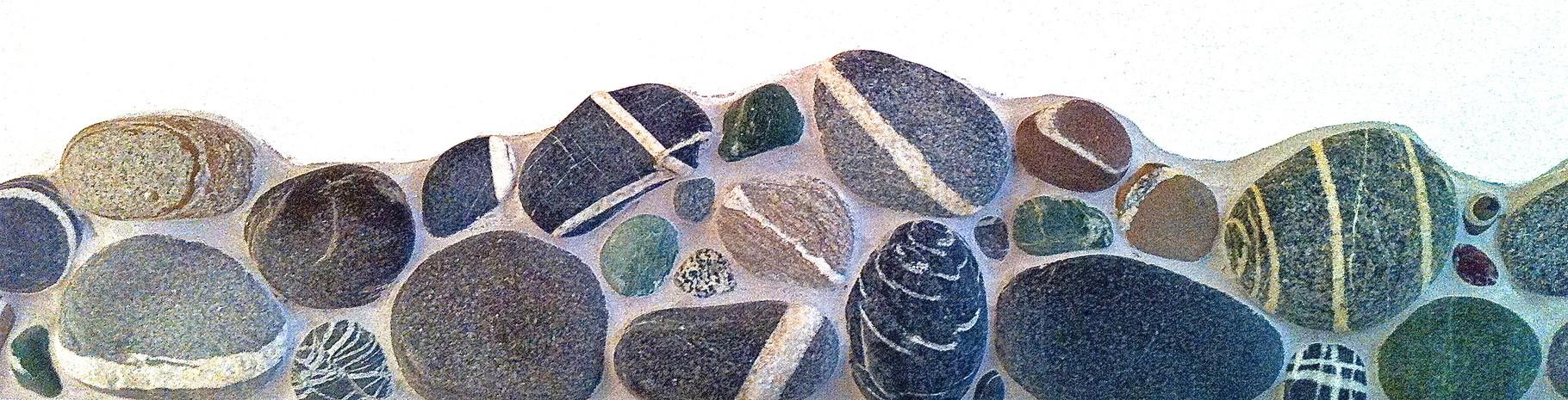 Schöne Steine schmücken das Bad.