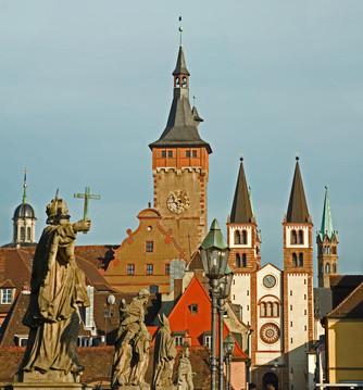 Die alte Mainbrücke in Würzburg - Weingenuss über dem Main