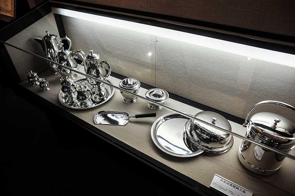 1974年(昭和49年)に内閣府(当時総理府)の用命により赤坂迎賓館へ納入された金属洋食器及び銀器。