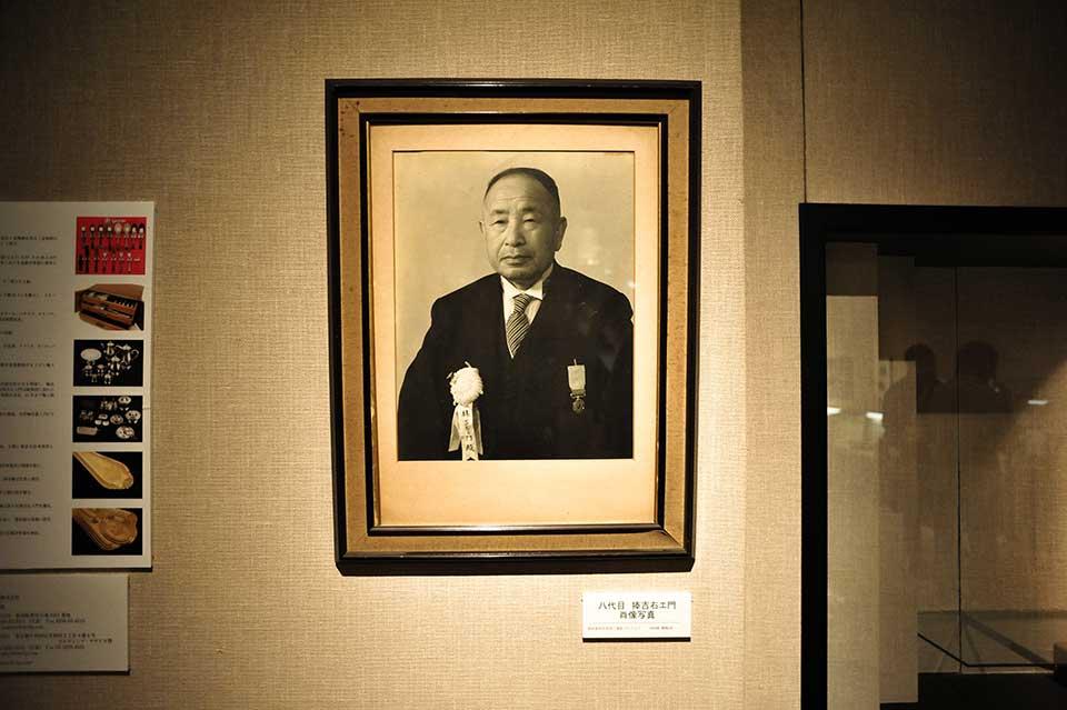 八代目 捧吉右衛門の肖像写真。金属洋食器の街、燕の最初の工業化の礎を築き、捧吉右衛門商店の輸出担当として、東南アジアなどへ新市場開拓に奔走しました。