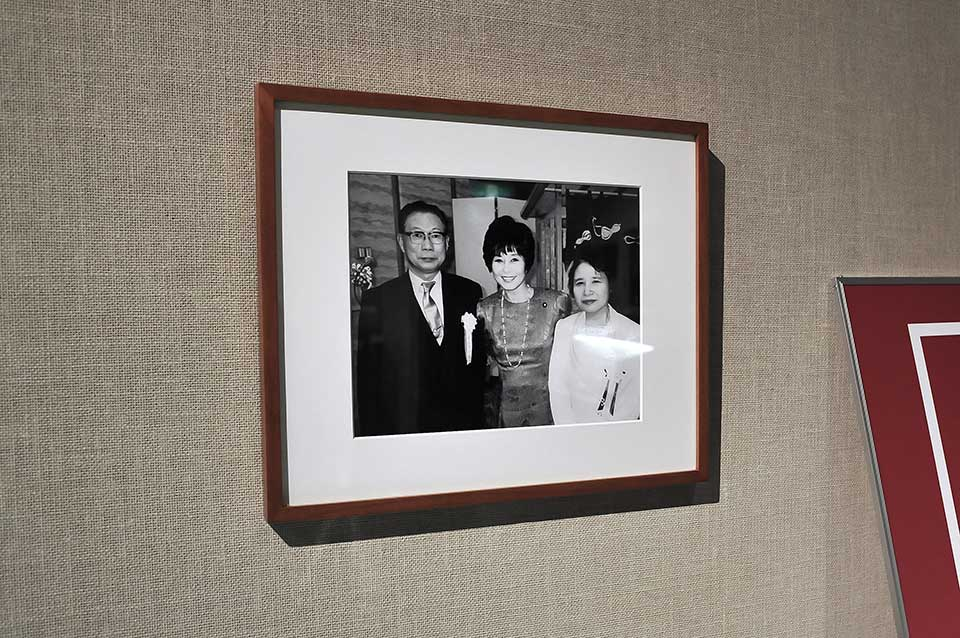 平成3年に、九代目 捧吉右衛門が金属洋食器の製造技術の開発功績に対して第十一回科学技術振興功績者として表彰されました。当時 科学技術庁長官の山東昭子氏から科学技術庁長官賞をいただいた時の写真です。左から九代目 捧吉右衛門、山東昭子長官、九代目 捧吉右衛門の妻。