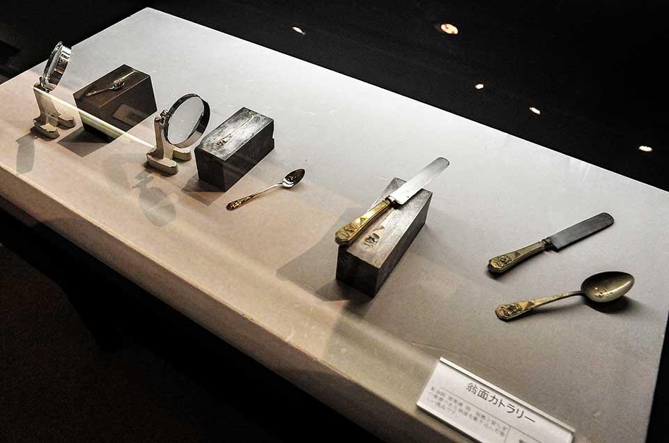 原秀清先生が彫られた翁面の金型。原先生を頂点として代々、燕の金型の系譜として現在につながっています。