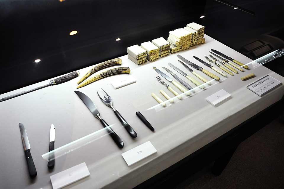 呉海軍より依頼された金属洋食器。高級品には象牙のハンドルが使用されました。