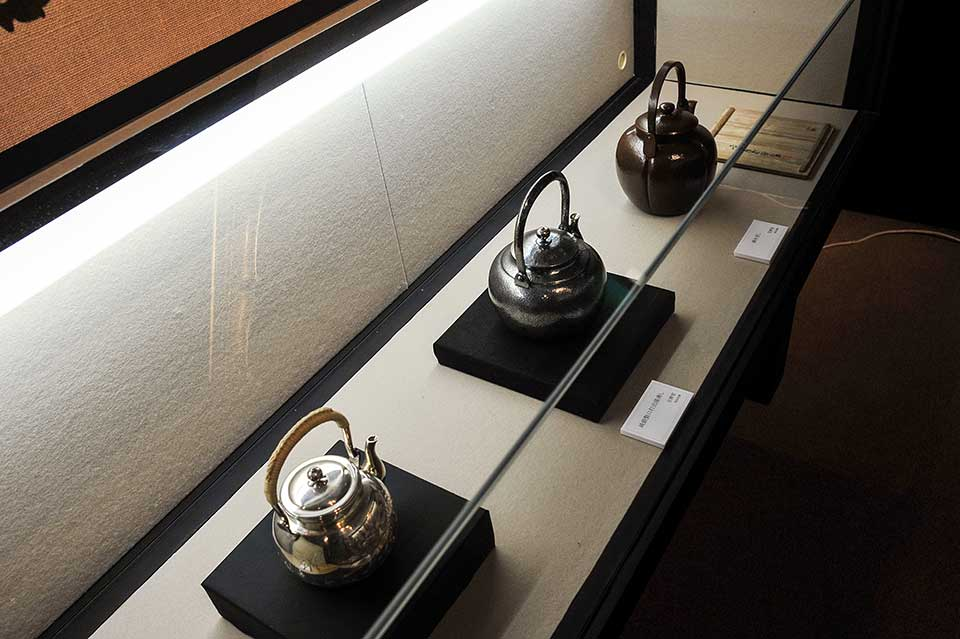 ショーケースの鎚起銅器は、玉栄堂 今井栄蔵氏による湯沸かし。玉栄堂の商品は、捧吉右衛門商店の高級プライベートブランド「宝暦堂」の名で銀座 十一屋商店に納品されました。