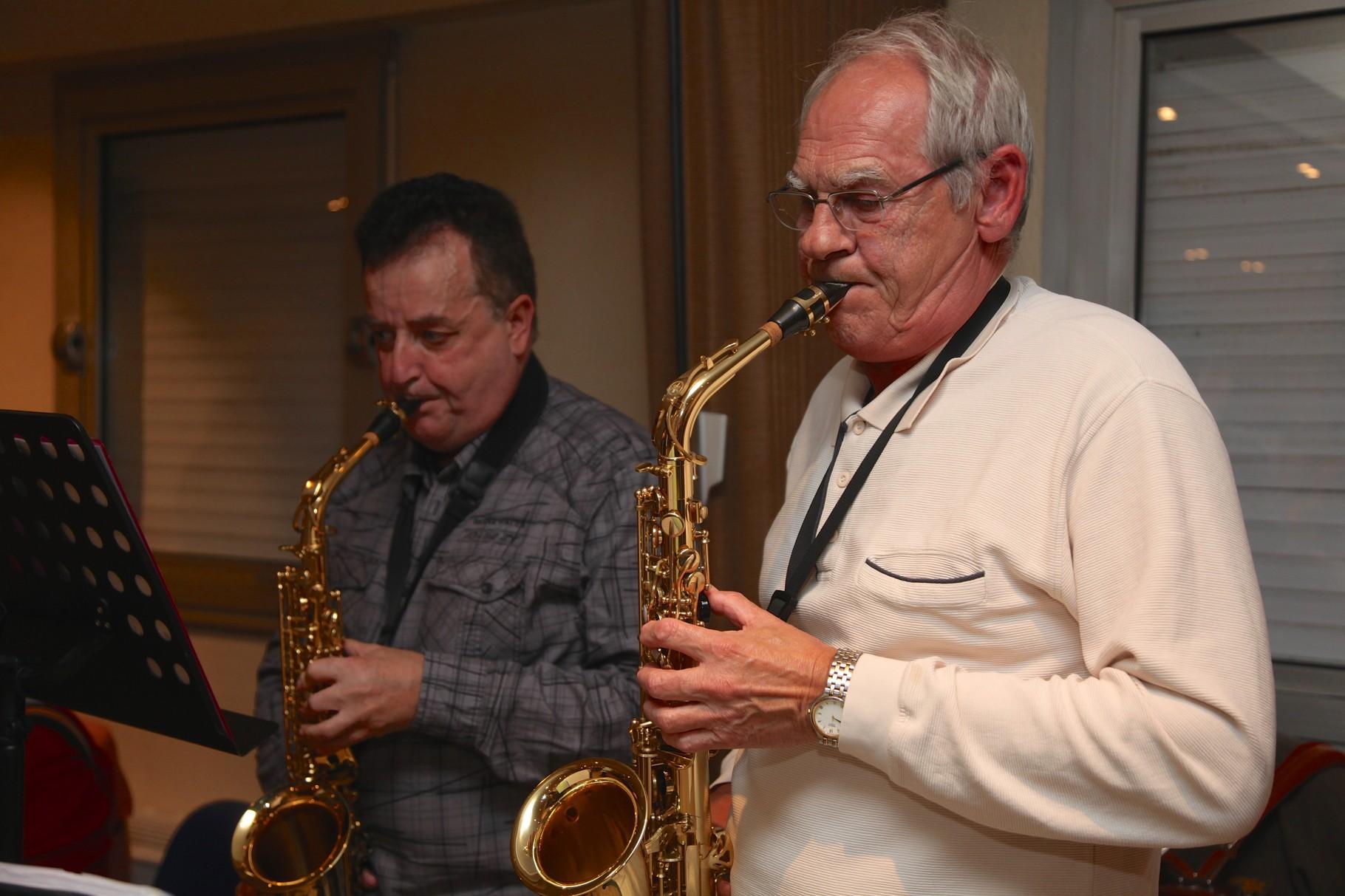 Laurent à droite  Professeur de saxo et de guitare