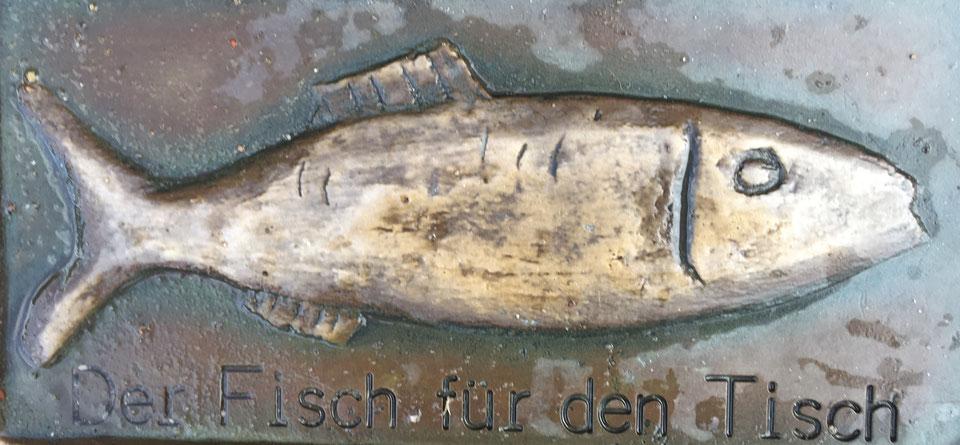 Eins von vielen Bronzereliefs im Straßenpflaster von Kappeln