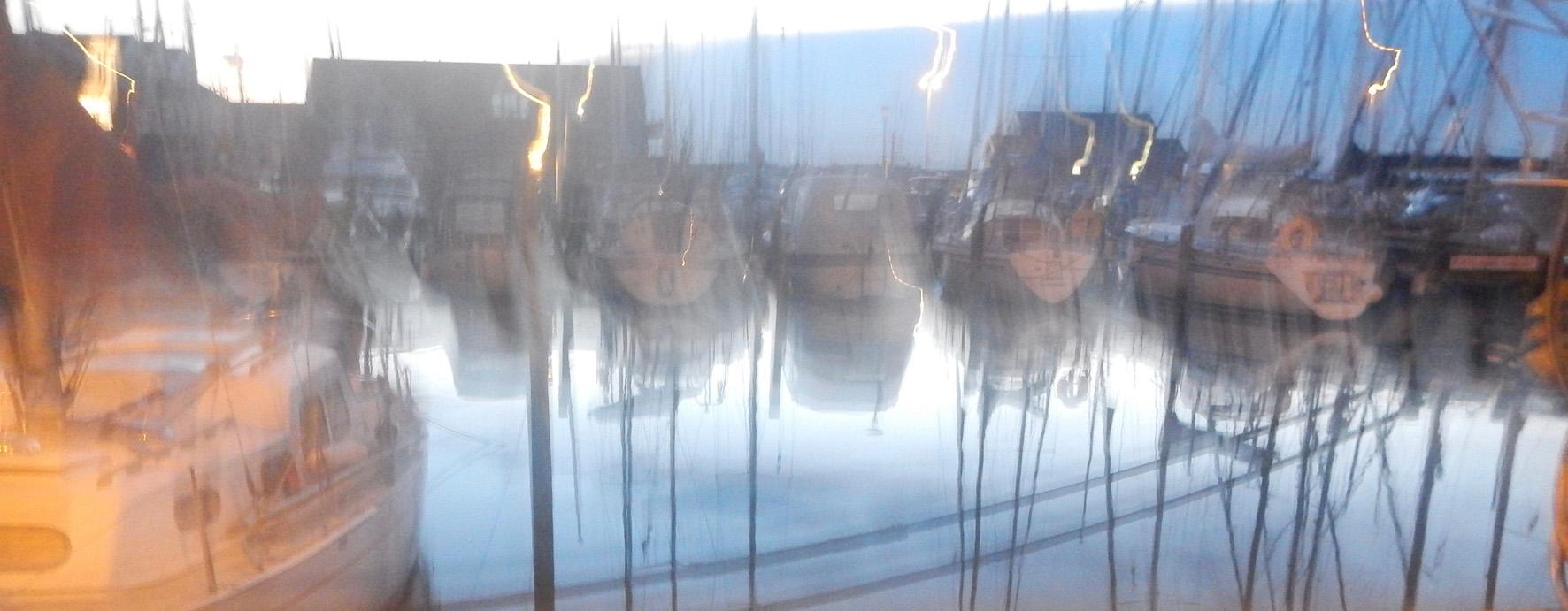 Hafen von Juelsminde in der Dämmerung verwischt