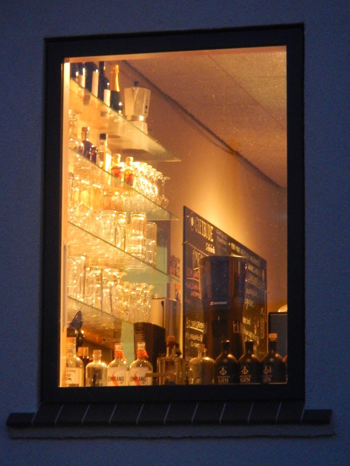 Das nächtliche Glas- und Schnapsregal der Giftbude