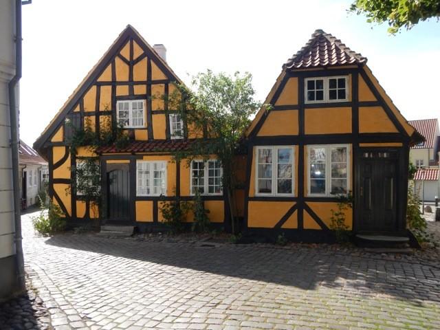 Der Däne ist nach wie vor Weltmeister im schiefe Häuser bauen, wobei diese beiden ziemlich gerade geworden sind.