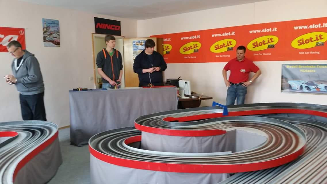 """Kai beim Pit-Stop. Zwei Top-Fahrer Simon und Robin und ein """"arbeitsloser"""" Einsetzer Woody."""