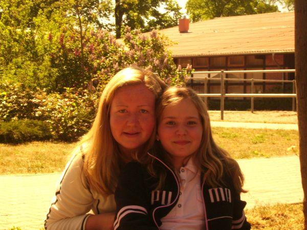 Jana & Annemie fangen erstmal ein paar Sonnenstrahlen ab...