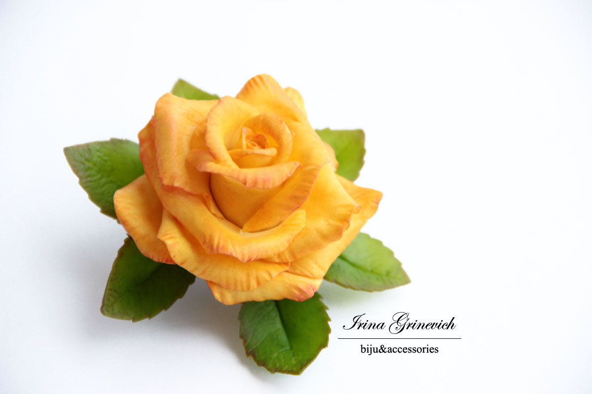 Брошь с желто-оранжевой розой.
