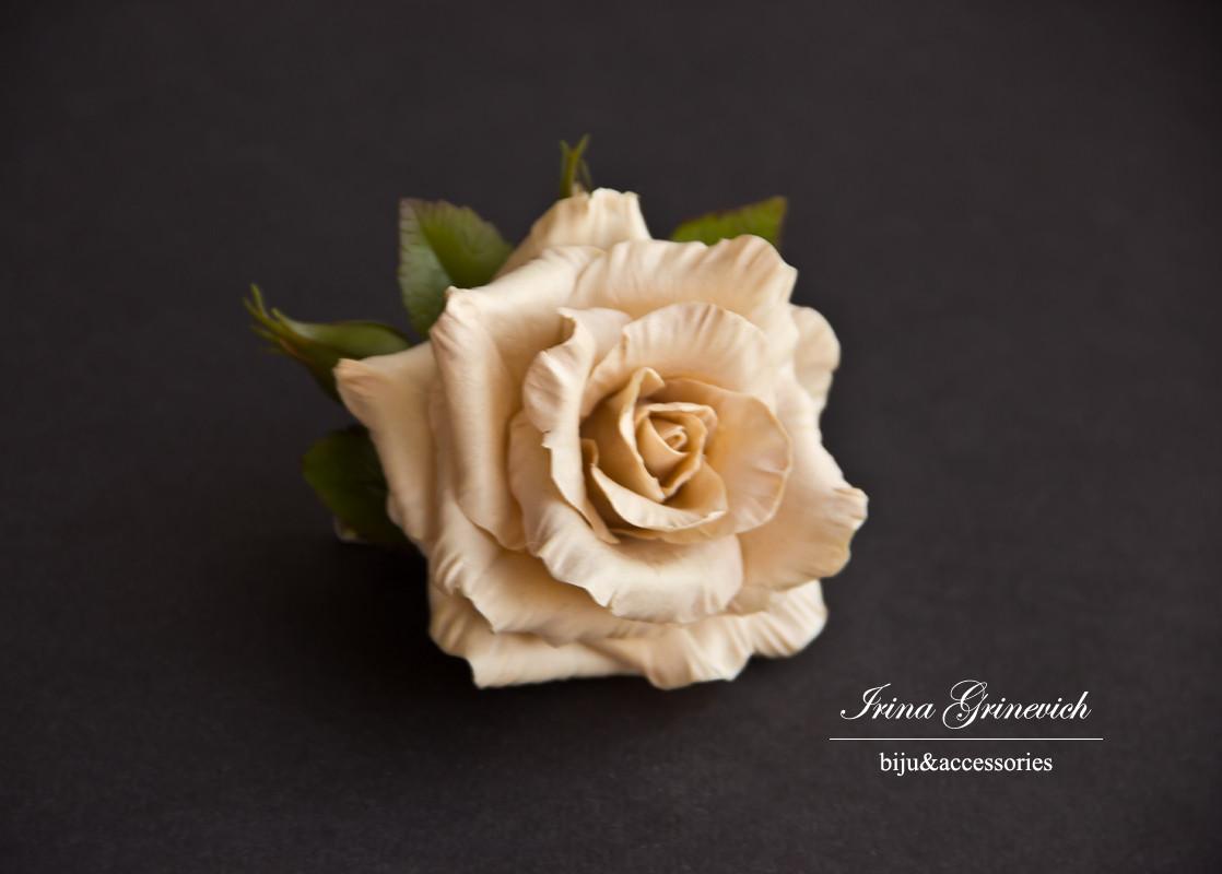 Брошь с бежевой розой