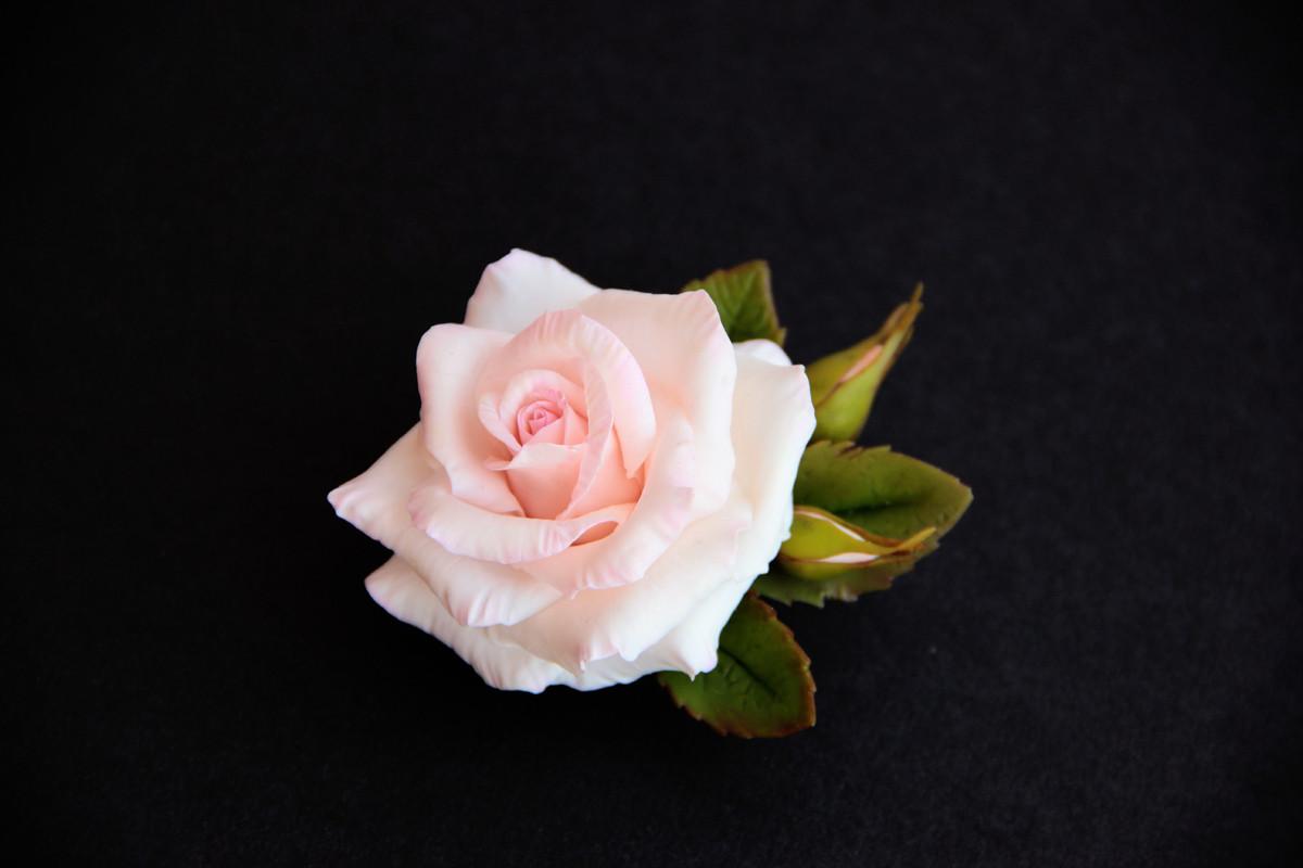 брошь с нежной розой