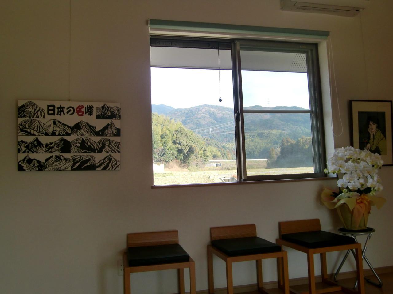 ギャラリーの窓から砥上岳を望む