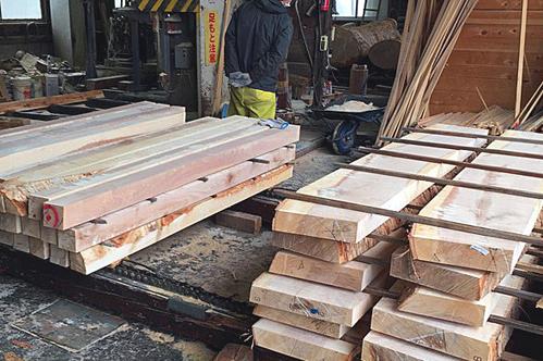 丸太を角材や板材に製材します