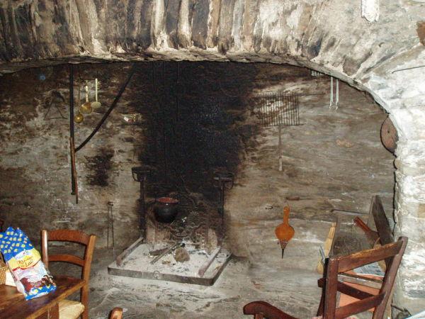 Les gens s'asseyaient et discutaient DANS la cheminée.