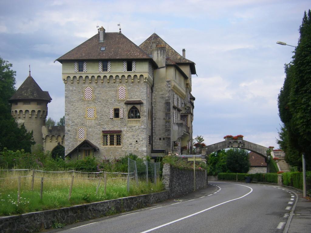 Le château à la sortie de Vouvry.