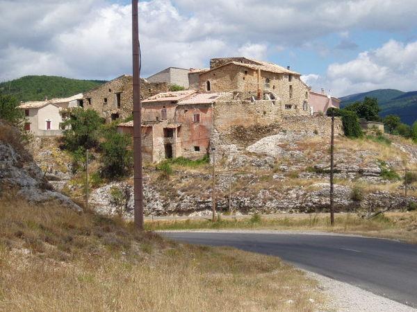 Le village fantôme d'Ongles.