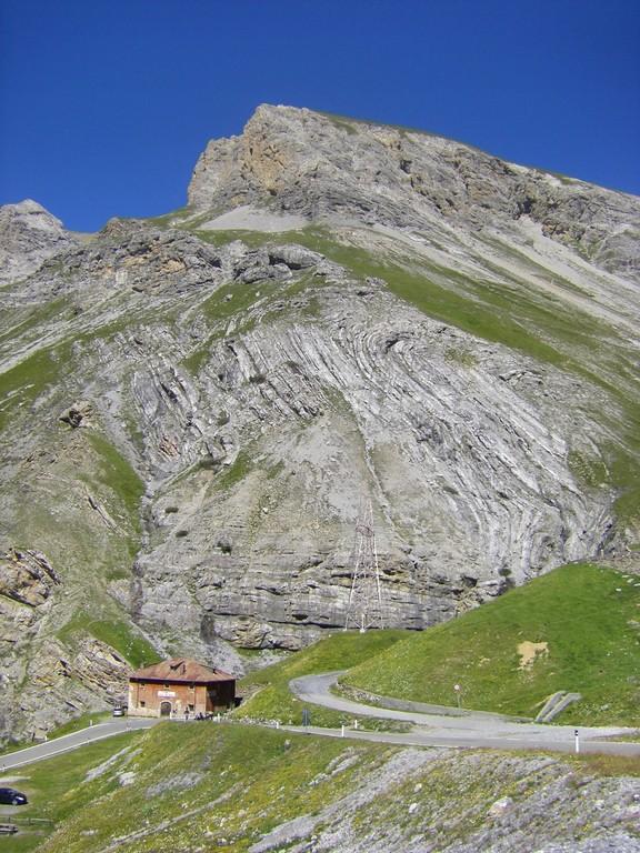 A droite, la route pour le Passo Umbrail et la Suisse.