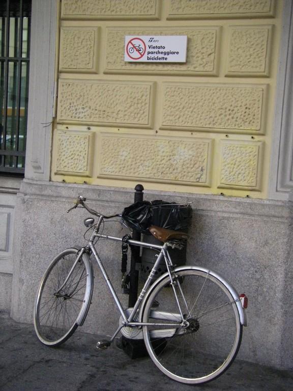 Sur le mur de la gare à Bologne