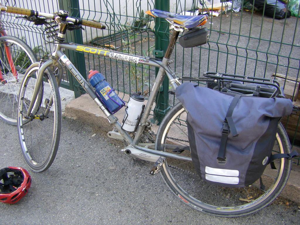 Mon vélo après 900 km, 39 cols et des températures de 9°C à 38°C.