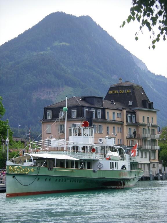Un bateau de croisière pour le Brienzersee vu depuis le camping.