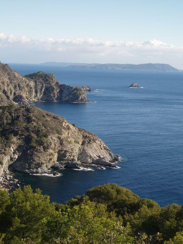 Au loin, l'île du Levant et l'île de Port-Cros.
