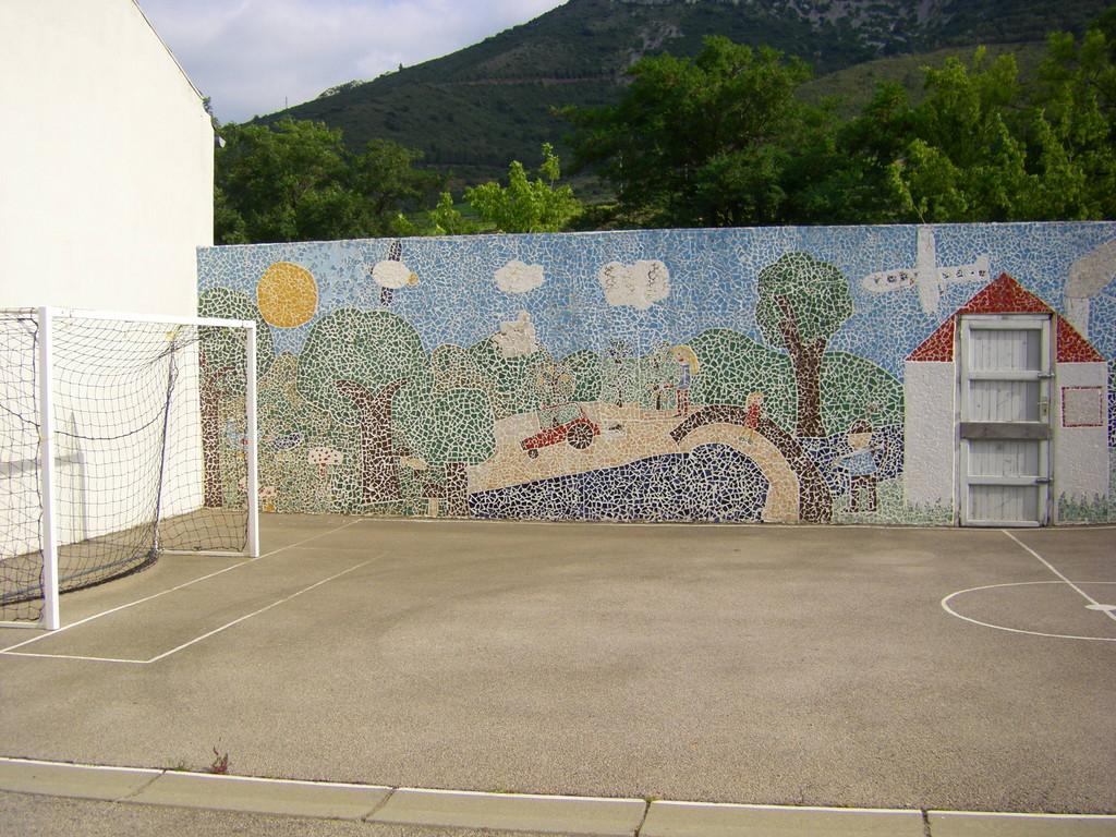 La mosaïque dans la cour de l'école.