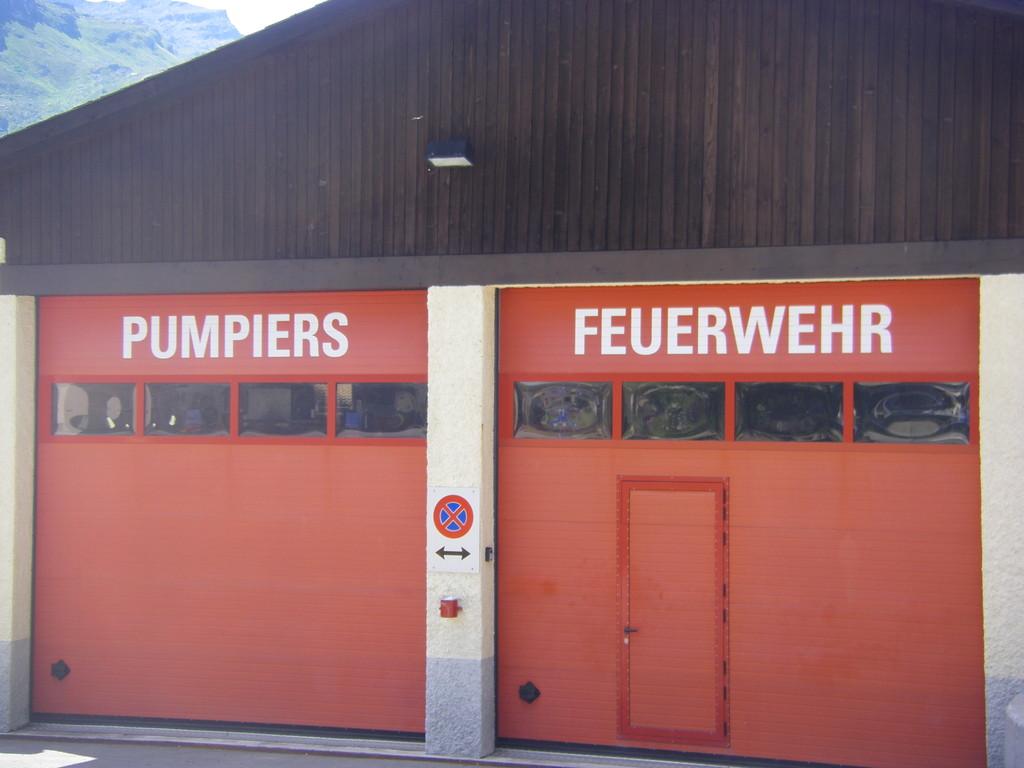 A gauche, c'est écrit en romanche, la 4ème langue officielle de Suisse.