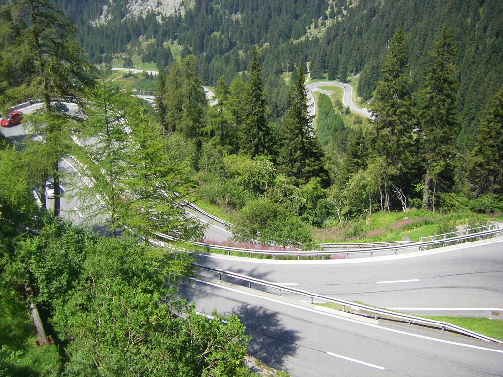 Les premiers kilomètres de descente du passo di Maloja. Impressionnants !