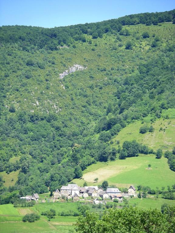 Village au pied de la montagne de Sourroque (dans le Couserans).