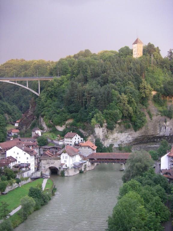 Un quartier de Fribourg et la Sarine.