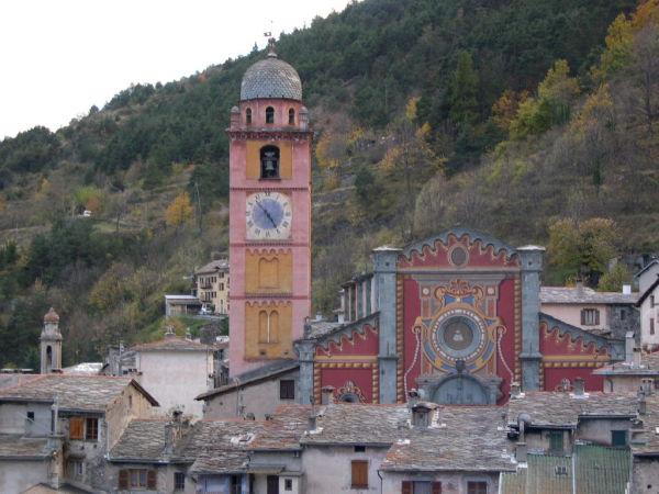 Tende. Le gîte est la bâtisse jaune derrière le clocher.