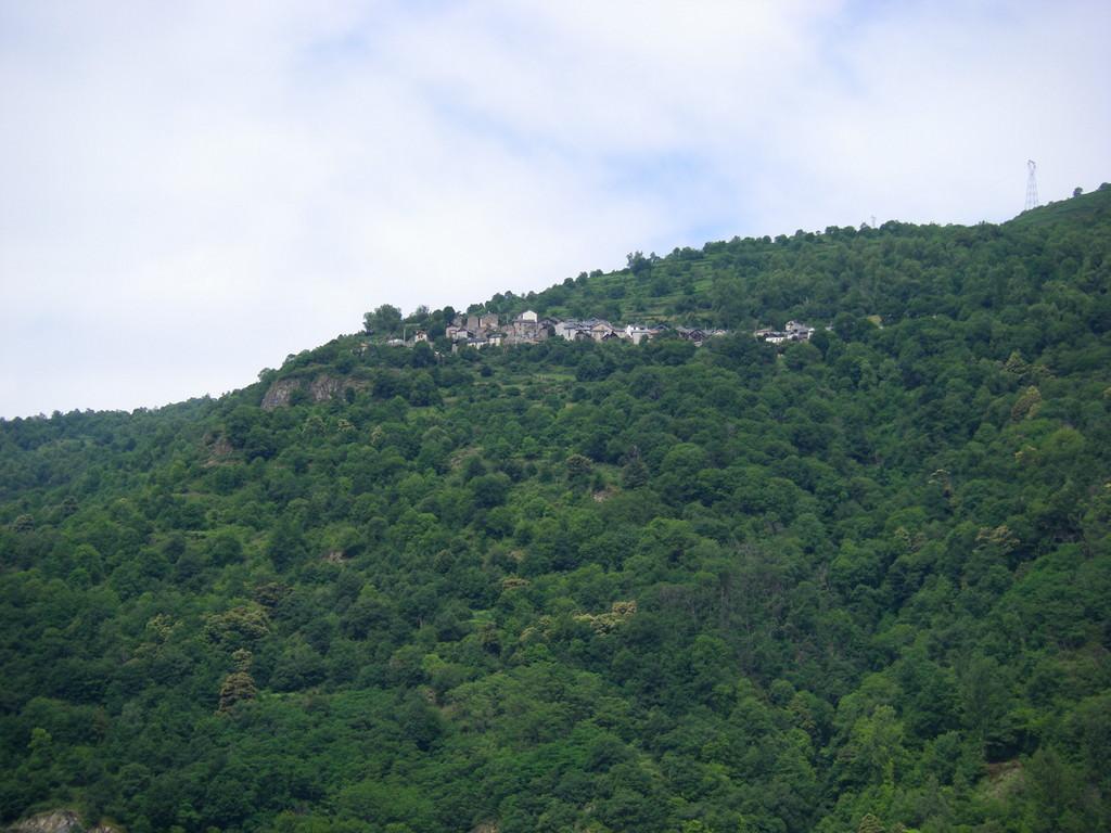 Le village en face de la vallée : Lapège.