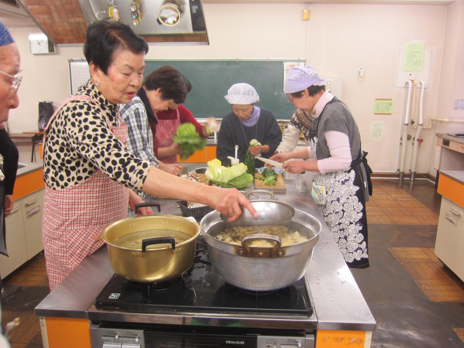 女性は今年はおつゆ制作担当。味の変化が毎年楽しみ。