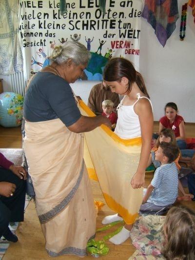 Indien-Kindertage in Hirzenhain im Juli 2005: Susan Samuel zeigt die Kunst des Sari-Wickelns.