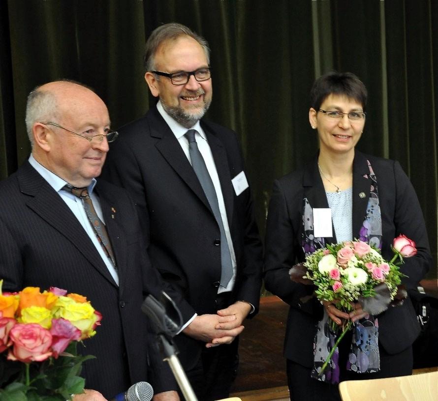 Gerhard Wolf und Propst Matthias Schmidt gratulieren Sabine Bertram-Schäfer zur Wahl! Foto: Gert Holle