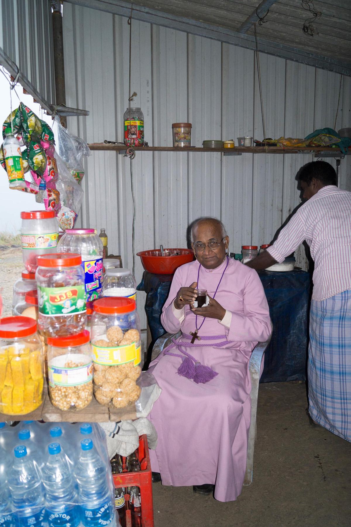 Bischof Daniel bei einer Teepause. Foto: Pfarrer Johannes Wildner