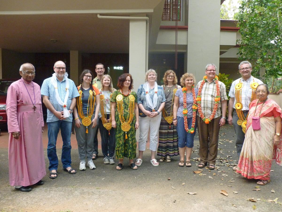 Ein Gruppenfoto beim herzlichen Empfang durch Bischof Daniel und seiner Frau Betty im Bischofshaus in Melukavumattom. Foto: Markus Christ