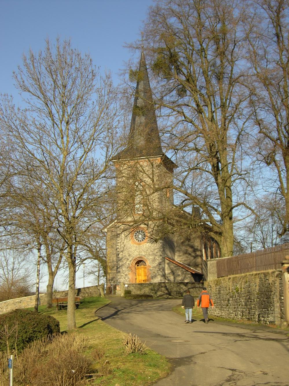 Blick vom Friedhof auf die Kirche