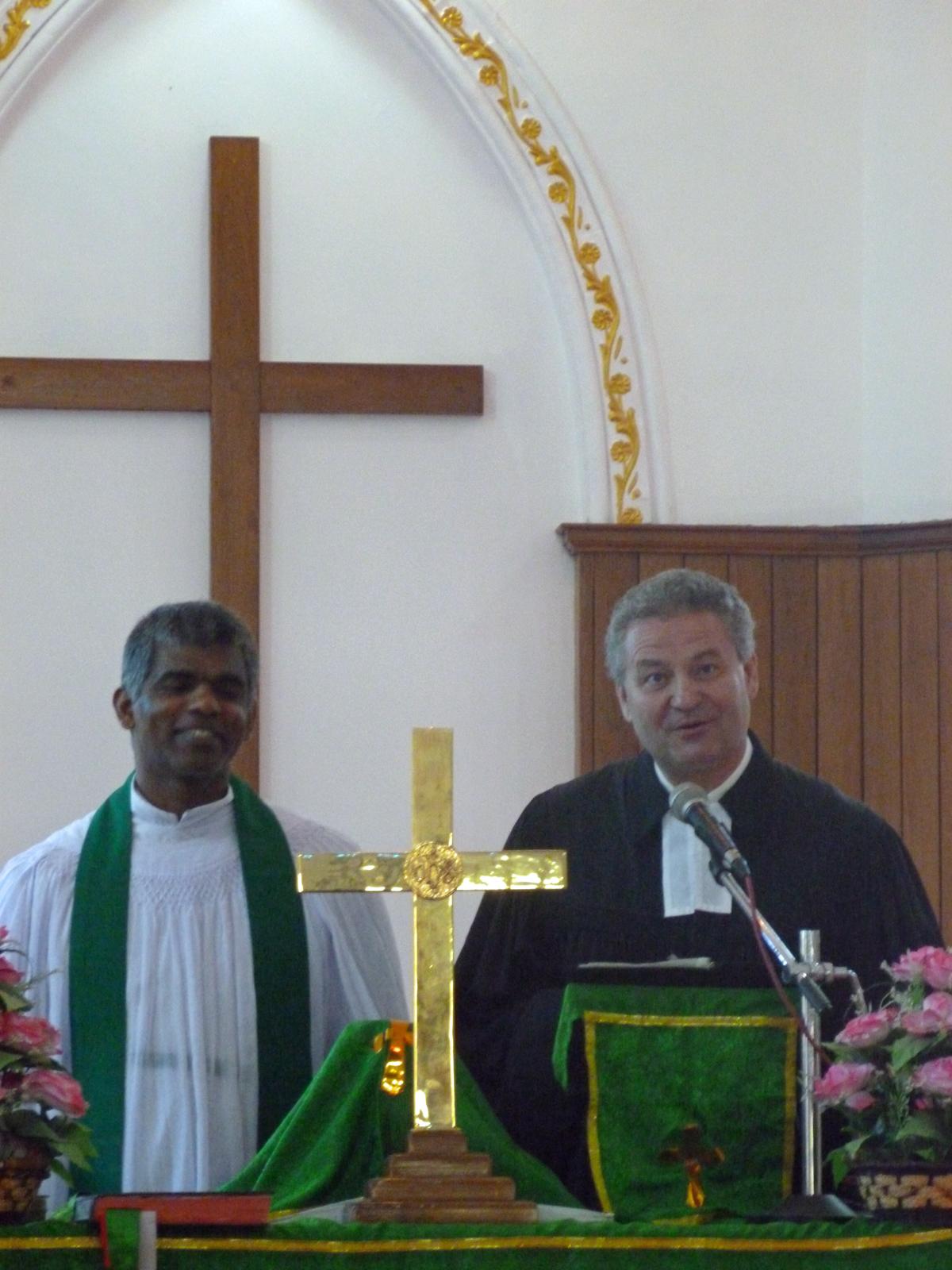 Pfarrer Markus Christ und Rev. Biju Joseph, Ortspfarrer von Edamala, während der Sonntagspredigt  in der St. Peters Church in Edamala. Foto: MArkus Christ