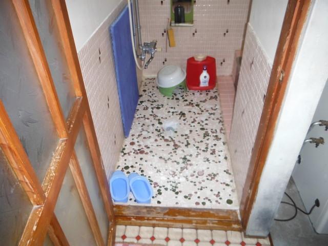 昔ながらのお風呂です 冬は床も壁も冷たくなります