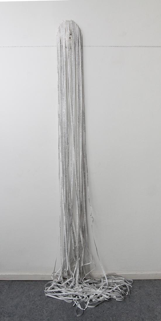 """""""Kopfgeburt"""", 160cmx25cmx30cm, 2017, Papierzeilen , Maske, Stecknadeln, Foto Stefanie Kohr"""