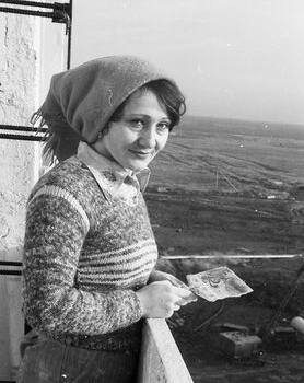 В 1976 году по комсомольской путевке из Омска приехала в наш город Валентина БЕЖАЕВА —штукатур-маляр СМУ-3 домостроительного комбината.