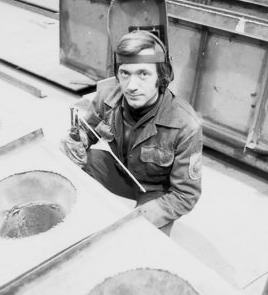 На трудовом календаре передового сварщика цеха сепараторов и пароперегревателей «Атоммаша» А. Г. Авилова— январь 1985 года.