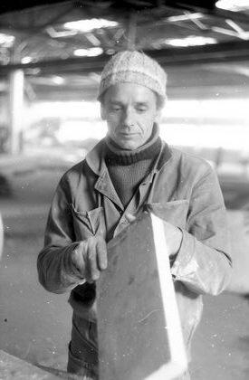 В бригаде В. И. Мануйлова яз «Отделстроя» плиточник Н. И. Голев