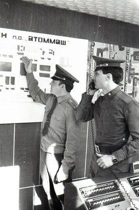 начальник караула А. Ф. Ш АРУНОВ и дежурный радиотелеграфист М. С. Балаев в пункте связи части