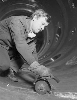 В. Бондаренко— слесарь-сборщик бригады И. Василенко из цеха корпусов парогенераторов «Атоммаша».